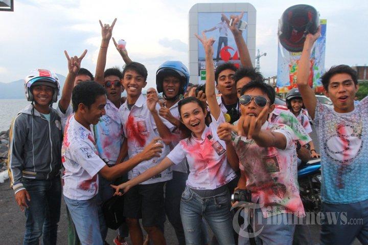 Siswa SMA di Manado Rayakan Kelulusan
