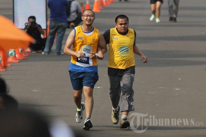 Penyandang Tunanetra Ikuti Mandiri Jakarta Marathon 2013
