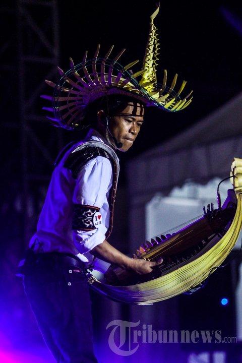 Djitron Pah Mainkan Alat Musik Sasando