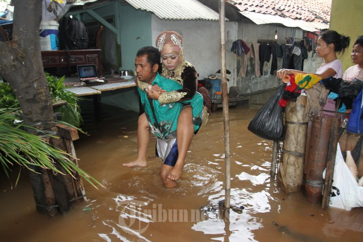 Pasangan Idi dan Tri Yulianti Nekat Nikah di Tengah Banjir
