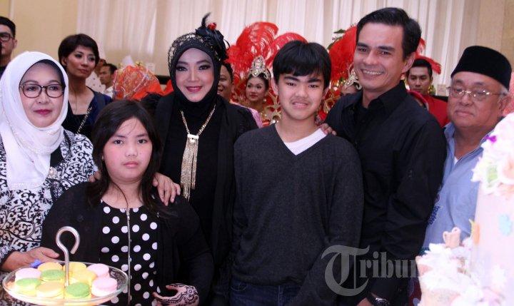 Rina Gunawan (tiga dari kiri) bersama suaminya, Teddy Syach saat foto keluarga. (Warta Kota/Nur Ichsan)