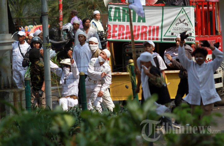Bentrok Demo Fpi Tolak Ahok Jadi Gubernur Foto 4 1354381