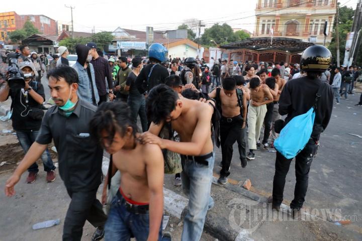 Aksi Unjuk Rasa Mahasiswa Makassar Berakhir Bentrok