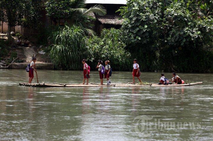 Ambil Resiko Seberangi Sungai Demi Sekolah