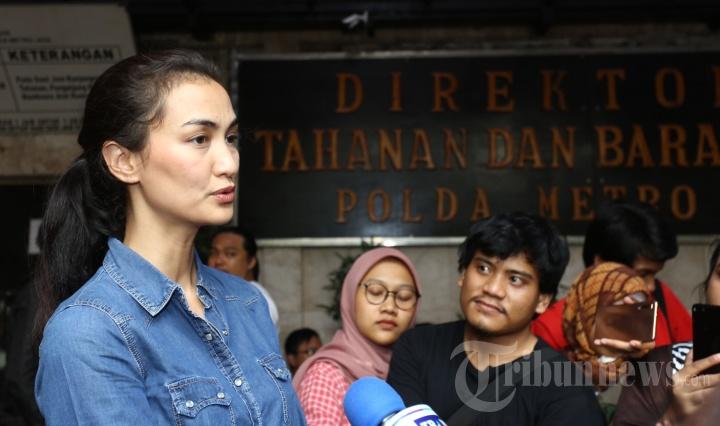 Atiqah Hasiholan Jenguk Ratna Sarumpaet