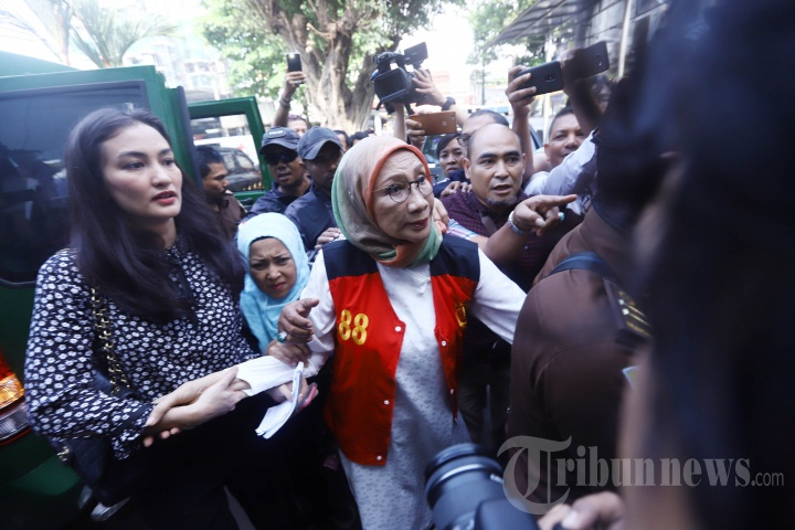 Atiqah Hasiholan Temani Ibundanya Ratna Sarumpaet Jalani Sidang Perdana