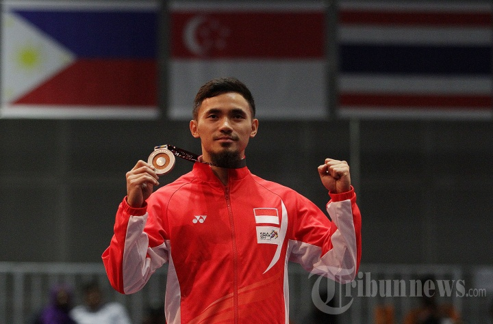 Atlet Wushu Indonesia, Achmad Hulaefi saat penganugerahan juara nomor taolu (seni) nomor Dao Shu dan Gan Shu putra SEA Games 2017 di KLCC, Kuala Lumpur, Malaysia, Senin (21/8/2017). Hulaefi yang meraih medali perak meraih total penilaian 9,67 poin.