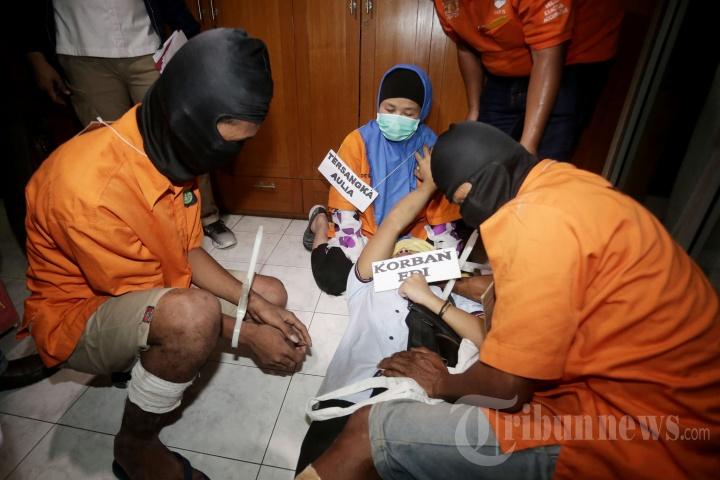 Aulia Kesuma Jalani Rekonstruksi Pembunuhan Suami dan Anak Tirinya