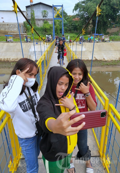 Bantaran Sungai Ciranjeng Kabupaten Bandung Ramai Dikunjungi Warga