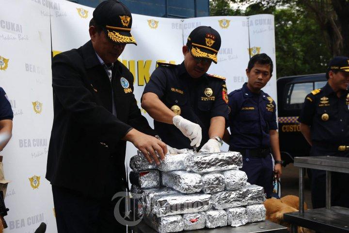 Deputi BNN dan Dirjen Bea dan Cukai Tunjukkan Barbuk Sabu