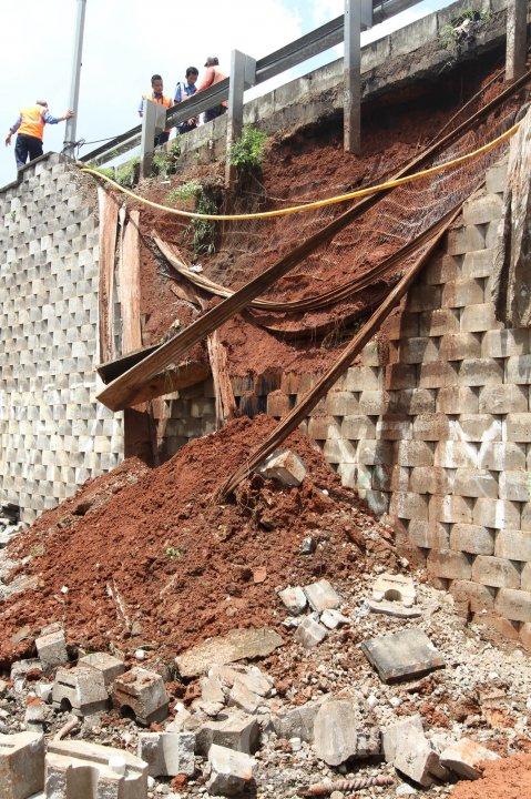 Dinding Penyangga Tol Bintaro Longsor