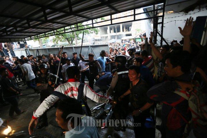 Evakuasi Mahasiswa Pembunuh Dosen UMSU Medan Bentrok