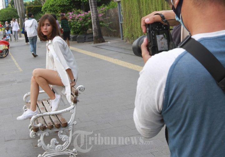 Fotografer Melakukan Pemotretan Model