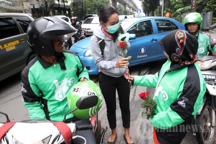 GOJEK bagikan Bunga di Hari Kasih Sayang