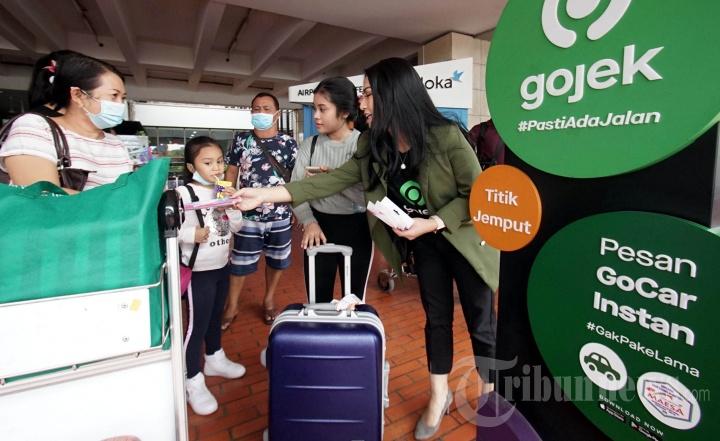 Gojek Bagikan Masker Gratis di Bandara Soekarno-Hatta