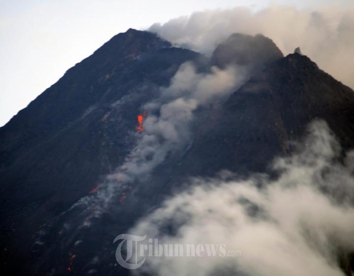 Gunung Merapi Keluarkan Awan Panas dan Material Vulkanik