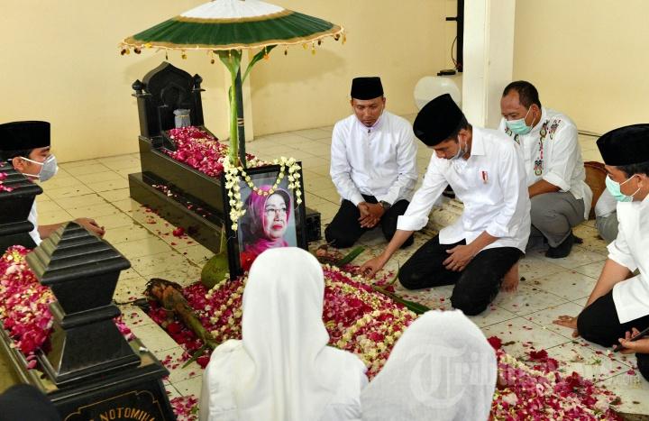 Ibunda Presiden Jokowi Dimakamkan di Solo