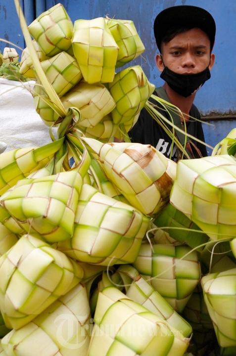 Jelang Lebaran Penjual Kulit Ketupat Musiman Marak di Bandung