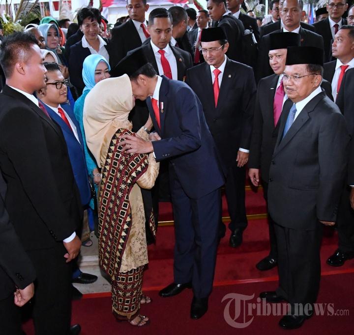 Jokowi Cium Tangan Ibunda Usai Dilantik Jadi Presiden