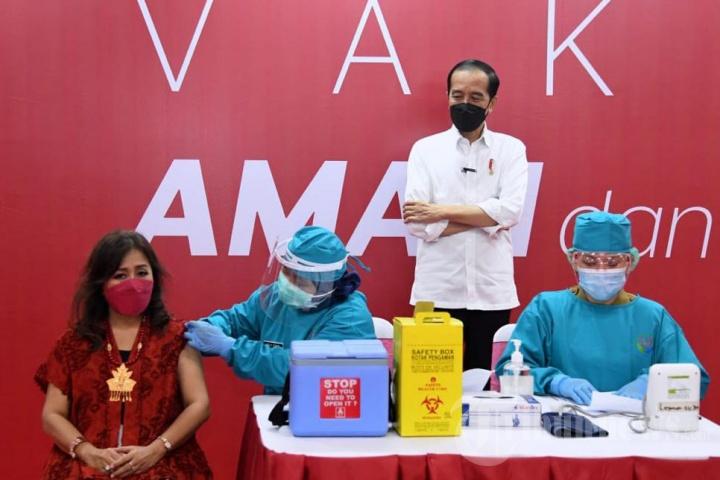 Presiden Jokowi Tinjau Vaksinasi Massal di TM Thamrin City