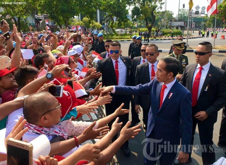 Jokowi Turun dari Mobil Salami Relawan dan Warga