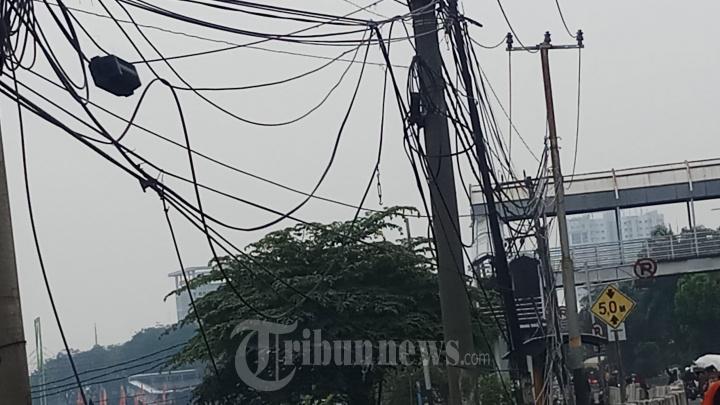 Kabel Semrawut di Jalan Daan Mogot
