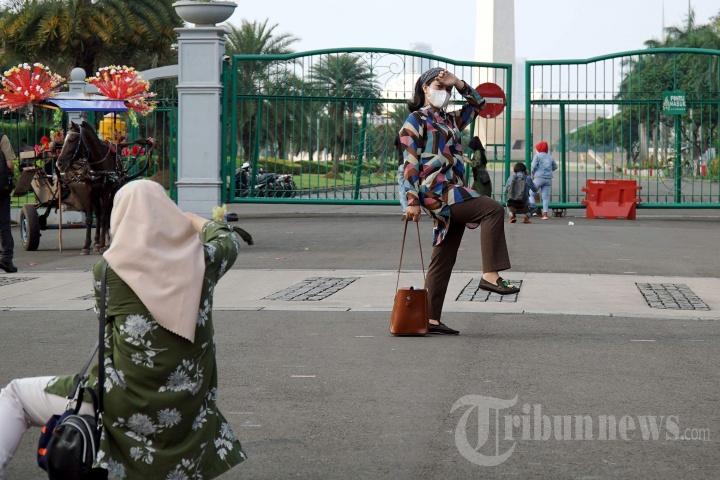 Kecewa Monas Ditutup, Wisatawan Berfoto di Luar Pagar