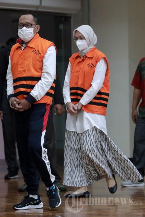 KPK Tahan Bupati Probolinggo Puput Tantriana Sari dan Suaminya