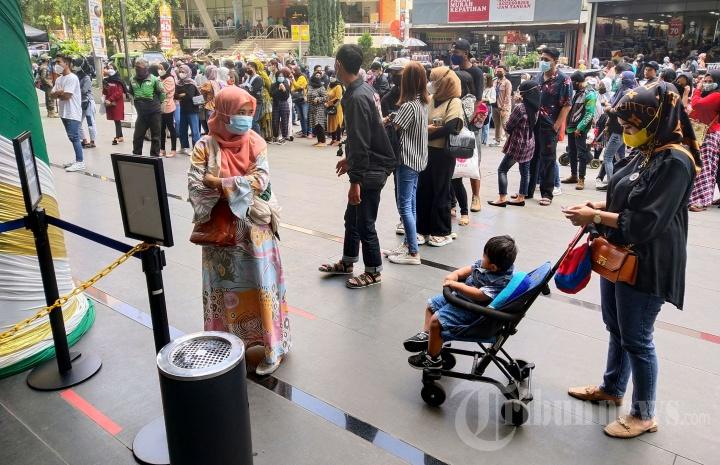 Membludak, Kings Shopping Center Bandung Batasi Pengunjung