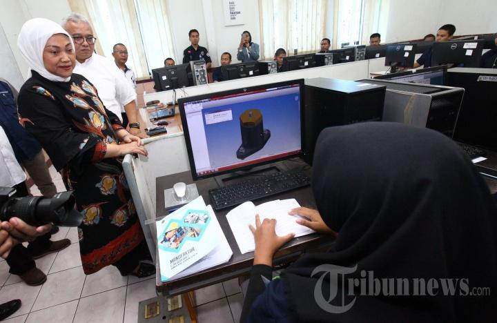 Menteri Ketenagakerjaan, Ida Fauziyah saat berbincang dengan peserta pelatihan di gedung workshop teknik manufaktur saat melakukan kunjungan kerja di Balai Besar Pengembangan Latihan Kerja (BBPLK), Jalan Gatot Subroto, Kota Bandung, Jawa Barat, Rabu (11/3/2020).