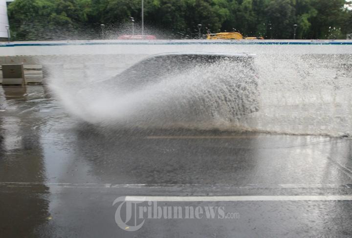 Mobil Nekat Terjang Genangan Air Hujan