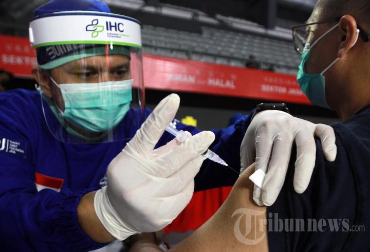 Otoritas Jasa Keuangan (OJK) Gelar Vaksinasi di Tennis Indoor