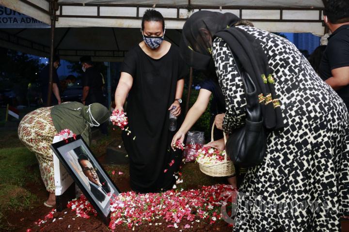 Pemakaman Koes Hendratmo