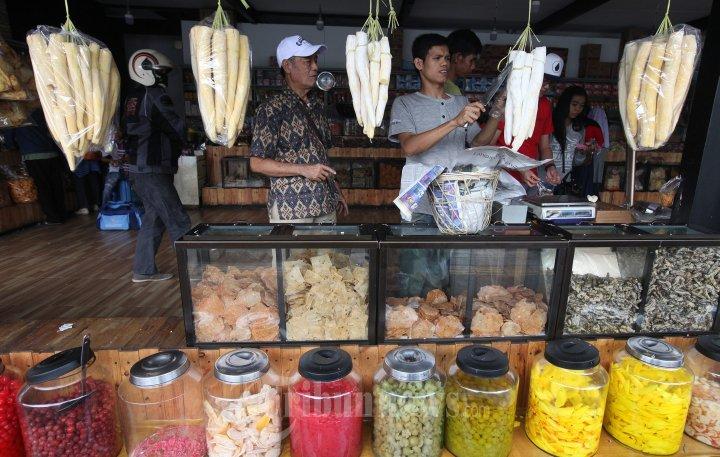 Penjual Oleh Oleh Khas Bandung Ramai Pembeli Foto 3 1660298 Tribunnews Com Mobile