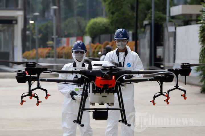 Penyemprotan Disinfektan Memakai Drone di Kawasan Sudirman