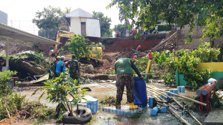 Perkerja Perbaiki Turap Kali Pesanggrahan Yang Jebol