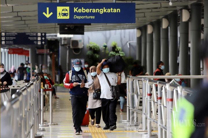 Suasana Stasiun Pasar Senen, Jakarta Pusat, menjelang libur Imlek, Kamis (11/2/2021). Kementerian Perhubungan menerbitkan Surat Edaran soal syarat perjalanan baru di masa pandemi Covid-19 selama libur Imlek 12-14 Februari 2021, syarat tes Covid-19 yaitu test RT-PCR, rapid test antigen, ataupun tes GeNose C19 hanya berlaku untuk sehari atau 1x24 jam.