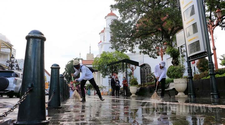 Petugas Membersihan Kawasan Cagar Budaya dan Wisata Kota Lama