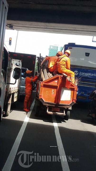 Petugas PPSU Mengangkut Sampah
