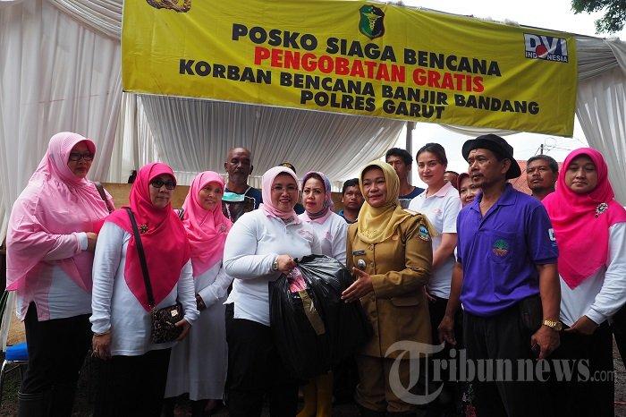 PIA DPR Kunjungi dan Beri Bantuan Korban Banjir Garut