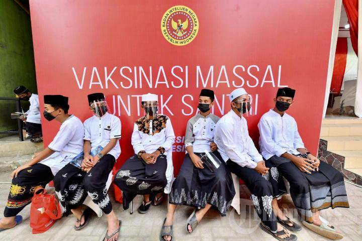 Presiden Jokowi Tinjau Vaksinasi Massal Covid-19 untuk Santri di Aceh