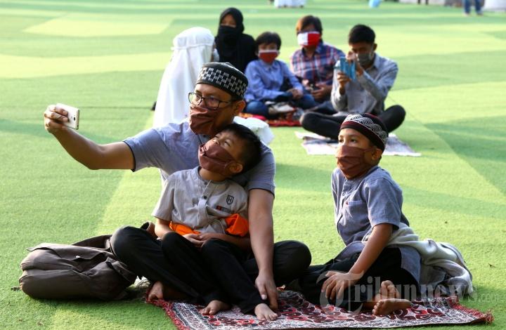 Salat Iduladha di Lapangan Rumput Sintetis Alun-alun Bandung