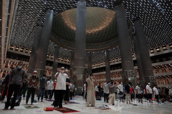 Umat Islam melaksanakan Salat Tarawih berjemaah di Masjid Istiqlal, Jakarta Pusat, Senin (12/4/2021). Pengurus Masjid Istiqlal menggelar Salat Tarawih berjemaah pada bulan Ramadan 1442 H dengan pembatasan 30 persen jemaah dari kapasitas masjid dan menerapkan protokol kesehatan.