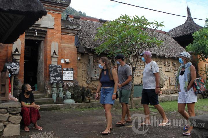 Sandiaga Uno Pekerjakan Pengrajin Satu Desa Tengganan
