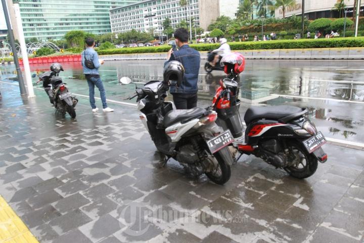 Sejumlah Pengendara Motor Parkir Ditrotoar