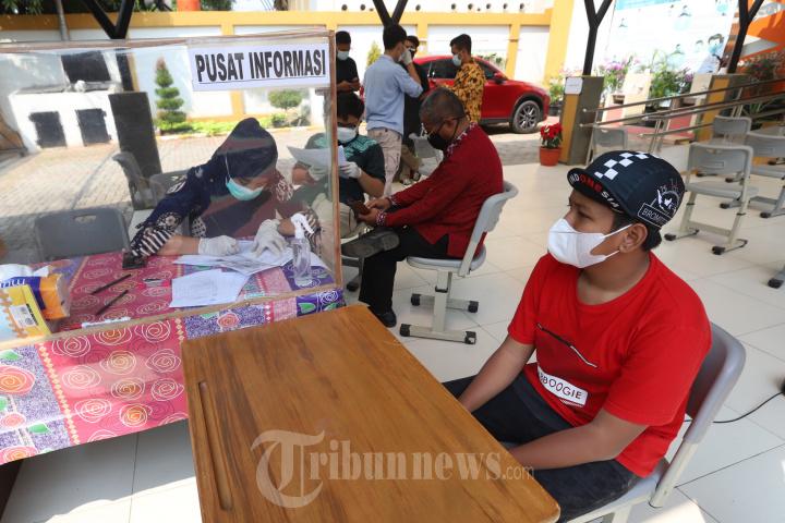 Siswa SLB Negeri 9 Jakarta Menerima Suntikan Vaksin Covid-19