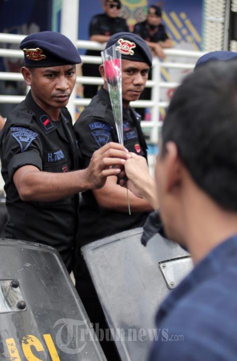 Spartan Nusantara Aksi Bagi Bunga Untuk Brimob