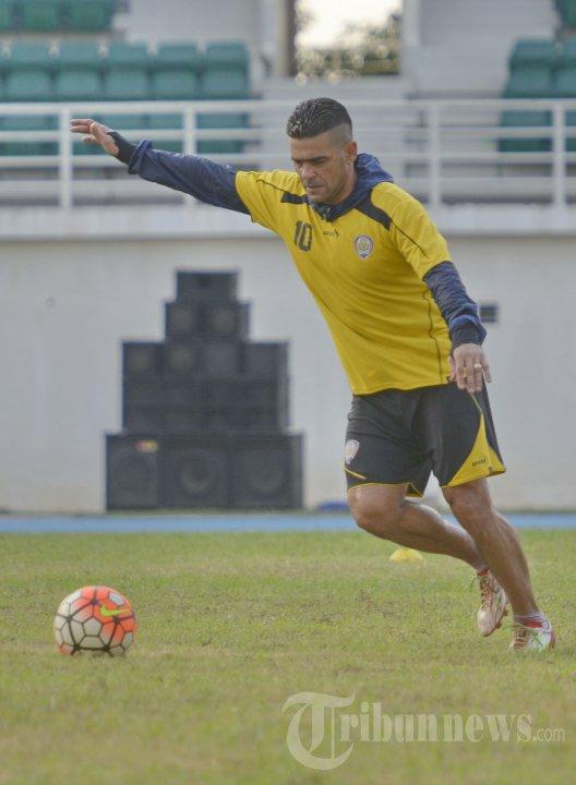 Striker Arema Cronus Christian Gonzales Mencoba Lapangan