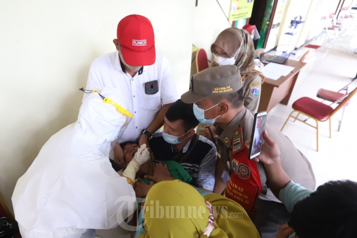 Tes Covid -19 Bagi Pemudik di GOR Kecamatan Makasar