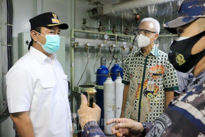 TNI AL Menggunakan KRI dr. Soeharso - 990 Bantu Pengisian Oksige